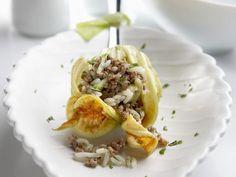 Zucchiniblüte mit Hackfleisch-Reis-Füllung ist ein Rezept mit frischen Zutaten aus der Kategorie Blütengemüse. Probieren Sie dieses und weitere Rezepte von EAT SMARTER!