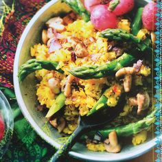 Biryani-rijst met groene asperges en radijs