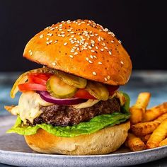 Julia Frey (@vikalinka) • Instagram photos and videos Juicy Burger Recipe, Burger Recipes, Beef Burgers, Burger Buns, Perfect Grilled Burgers, Making Burger Patties, How To Make Burgers, Best Homemade Burgers
