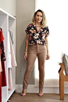 Cute work outfit with brown pants Cute Office Outfits, Cool Outfits, Casual Outfits, Office Fashion Women, Work Fashion, Moda Formal, Urban Fashion Trends, Crop Top Outfits, Santa Clara