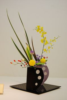 Ikebana Ikenobo in modern vase by Otomodachi, via Flickr