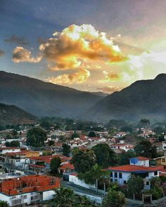 Excelente miércoles! Fotografía de Maracay cortesía de @robrgb  #LacuadraU #GaleriaLCU #Maracay #Venezuela #Amanecer