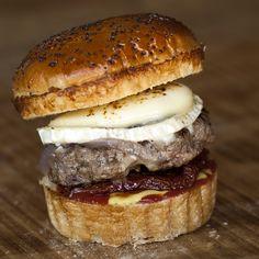 Montesa Burger: Queso de cabra, tomates secos, cebolla caramelizada, ketchup y mostaza.