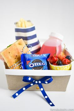 DIY Picnic Boxed Lunch Ideas!  So cute for baby showers, outdoor birthday parties, bridal showers, school, etc! http://fantabulosity.com