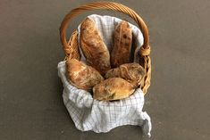 Verdens bedste ciabattabrød med store huller (opskrift) Ciabatta, Wicker Baskets, Baked Goods, Protein, Dessert, Recipes, Baguette, Desserts, Deserts