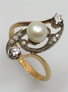 A diamond Art Nouveau ring with pearl centre set in 18ct gold. Circa 1910.