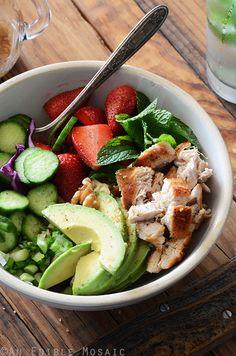 Ensalada de pollo con aguacate, fresa y nuez Ensalada: 1 taza de col roja picada 85-115 g a la plancha, sartén, o pechuga de pollo asado, picado 1 pepino persa (o 1/3 Inglés pepino), en rebanadas finas 1/2 aguacate, rodajas Fresas 1/2 taza, mondados y cortados por la mitad 2 ramitas de hojas de menta fresca, sin tallo 1 gran cebolla de verdeo, las piezas blancas y verdes, en rodajas finas 2 cucharadas de nueces picadas