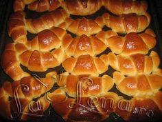 Cornuri cu gem - Reteta VIDEO - Pas 14 Romanian Food, Hot Dog Buns, Rolls, Food And Drink, Sweets, Cooking, Desserts, Diy, Crafts