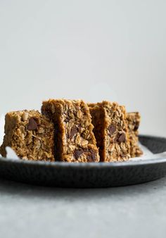 Easy, whole-grain Gluten-Free Oatmeal Chocolate Chip Bars (vegan, refined sugar-free)   saltedplains.com Dog Treat Recipes, Sweet Recipes, Cookie Recipes, Dessert Recipes, Dessert Bars, Paleo Treats, Homemade Desserts, Recipes Dinner, Vegan Recipes