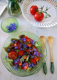 Borage or starflower, is edible, medicinal, a good pollinator, and has gorgeous bright blue flowers. Doesn't this look delish? Paleo Food List, Raw Food Recipes, Yummy Recipes, Edible Bouquets, Edible Flowers, Fairy Food, Potager Bio, Unprocessed Food, Flower Food