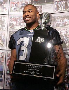 Shaun Alexander awarded the MVP trophy in Seahawks Players, Seahawks Football, Football Love, Football Stuff, Sport Football, Sports Teams, Seattle Mariners, Seattle Seahawks, Shaun Alexander