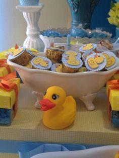 [Chá de bebê] Alpino com tag!! Bombons personalizados com patinhos de papel foram acomodados em uma minibanheira de louça para compor a mesa principal dessa festa de um ano