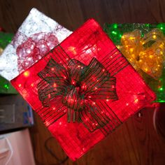 Chicken Wire Frame Lighted Gift Boxes - Christmas Lights, Etc Outdoor Christmas Presents, Diy Christmas Yard Decorations, Diy Christmas Lights, Christmas Yard Art, Decorating With Christmas Lights, Christmas Gift Box, Christmas Crafts, Box Decorations, Xmas