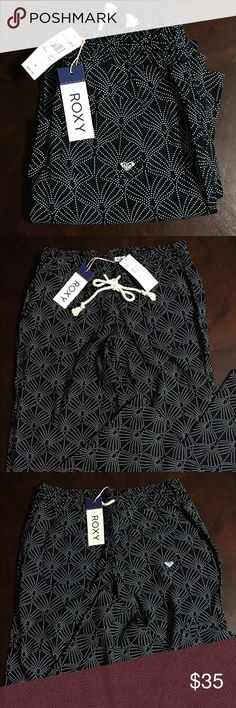 "Roxy NWT OCEANSIDE PRINTED BEACH PANTS Size M Roxy NWT OCEANSIDE PRINTED BEACH PANTS Size M - Front & Back Pockets - Smocked Waistband With Drawcord - Woven Material - 10"" Rise - 33"" Length Roxy Pants Boot Cut & Flare"