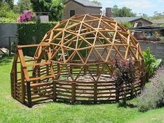 Build Sheds with Zero Experience Geodesic Dome Greenhouse, Geodesic Dome Homes, Dome Structure, Bamboo Structure, Cheap Tiny House, Timber Buildings, Eco Architecture, Dome House, Unusual Homes