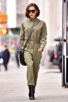 The English designer Victoria Beckham stepped out in a top and trouser look fresh from her Fall 2018 collection. Moda Victoria Beckham, Victoria Beckham Outfits, Victoria Beckham Style, Rosie Huntington Whiteley, Rihanna E, Victoria Fashion, Blazers, Boiler Suit, Fashion Week 2018