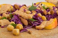 ensalada de garbanzos con nectarina, frutos secos, lombarda y cilantro