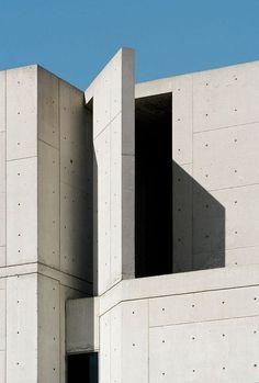 Louis Kahn / Salk Institute for Biological Studies, California. Louis Kahn, Beautiful Architecture, Architecture Details, Modern Architecture, Exterior Design, Interior And Exterior, Kahn Design, Concrete Architecture, Exposed Concrete