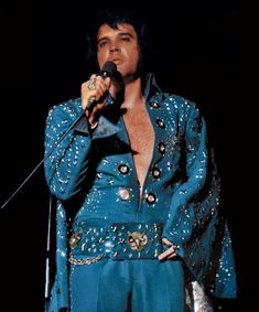 Royal Blue Fireworks Suit more lovingly know as the Owl Suit due to Elvis pointing out its Owl belt to the audience during the filming of Elvis On Tour. Worn with matching cape with silver lining. Elvis Presley Concerts, Elvis In Concert, Elvis Y Priscilla, Rock And Roll, Elvis Sings, Elvis Presley Pictures, Blue Fireworks, Dressing, You're Hot