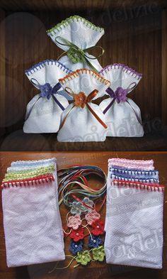 Creati da me! Sacchetti bomboniere sacchettini segnaposto ricamabili tela aida, fiorellino uncinetto con perlina centrale, nastrino di raso in tinta
