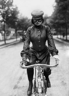 (GERMANY OUT) Pictures of daily life Berlin's first woman in motorcycle gear - 1905 - Vintage property of ullstein bild (Photo by ullstein bild/ullstein bild via Getty Images)