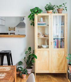 Cristaleira de madeira guarda louças de família e livros de receita dos moradores.