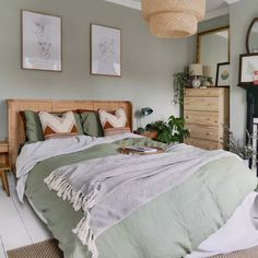 Les plus beaux intérieurs avec Made - Clem Around The Corner - Bedroom Sage Green Bedroom, Green Rooms, Green Bedroom Walls, Green Bedroom Decor, Modern Rustic Bedrooms, Small Bedrooms, Scandi Bedroom, Scandinavian Bedroom Colour, Trendy Bedroom