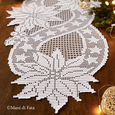 schema per fare il runner da tavola a uncinetto filet weihnachten deckchen Crochet Table Runner Pattern, Free Crochet Doily Patterns, Crochet Motifs, Crochet Tablecloth, Crochet Chart, Thread Crochet, Crochet Doilies, Oval Tablecloth, Filet Crochet