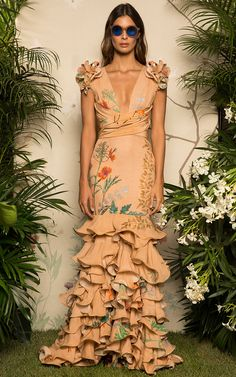 Get inspired and discover Johanna Ortiz trunkshow! Shop the latest Johanna Ortiz collection at Moda Operandi. Haute Couture Style, Look Fashion, High Fashion, Womens Fashion, Fashion Design, Dress Dior, Dress Up, Mode Chic, Mode Style