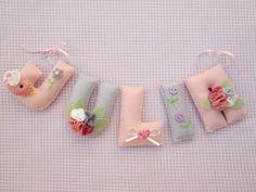 Linda opção de enfeite de porta de maternidade!  O nome do seu bebê escrito em letras de feltro, com  enchimento anti-alérgico, decorado com florzinhas,  passarinhos, lacinhos... Pode ser feito na cor de sua  preferência.     As letras medem 7 X 9 cm     O valor de cada letra é de 9,00 reais.