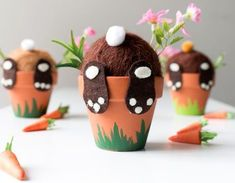 DIY zu Ostern: Süße Häschen aus dem Blumentopf. In wenigen Schritten sind sie mit Filz, einem Terrakottatopf und etwas Blumen gezaubert. Diese süßen Hasen machen sich im Frühling super am Fenster.