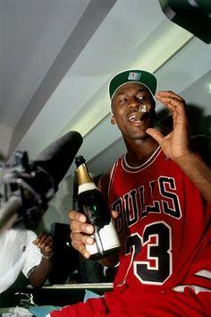 Michael Jordan of the Chicago Bulls celebrates winning the NBA. Michael Jordan Basketball, Nba Players, Basketball Players, Basketball Art, College Basketball, Basketball Shooting, Michael Jordan Wallpaper Iphone, Basketball Fotografie, Michael Jordan Pictures