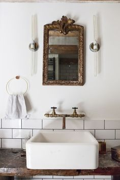 Come check out Antique Vintage Style Bathroom Vanity Inspiration! Dai un'occhiata a Antique Vintage Style Bathroom Vanity Inspiration! Bad Inspiration, Bathroom Inspiration, Bad Styling, Bathroom Styling, Small Bathroom, Bathroom Mirrors, Bathroom Ideas, Bathroom Modern, Bathroom Designs