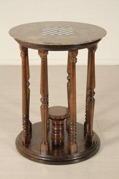 Tavolino da gioco retto da otto colonne tornite presenta piano tondo in alabastro. Scacchiera intarsiata in marmo sul piano.