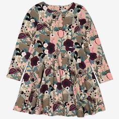 Mönstrad trikåklänning i mjuk ekologisk bomull. Klänningen är helmönstrad med ett nordiskt skogstryck och har knappslå bak på ryggen. Kjoldelen har extra vidd som står ut fint när man snurrar. På storlekarna 86-92 är klänningen högre skuren i midjan och har en veckad kjoldel.• Knappslå bak på ryggenProduktionsland: TurkietFabrik: MTK ŞUBE - TYH ULUSLARARASI TEKSTİLLäs mer på polarnopyret.se/pop-cares/vara-leverantorer Simple Dresses, Pretty Dresses, Taupe, Beige, Nature Prints, Our Girl, 6 Years, Color Splash, Organic Cotton
