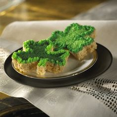 Use a #shamrock shaped cookie cutter to cut out these fun and festive Rice Krispies Treats shamrocks. Have the kids decorate their own #shamrocks with green frosting and sprinkles!