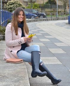 These trendy fall outfits could make be the showstopper anywhere. Wellies Rain Boots, Hunter Rain Boots, Trendy Fall Outfits, Fall Winter Outfits, Hunter Boots Fashion, Hunter Outfit, Rainy Day Fashion, Sexy Boots, Rain Wear