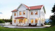 Bygga nytt sekelskifteshus? Hus i klassisk stil - Rörvikshus Style At Home, New England Hus, Beddinge, Lancaster House, Red Roof House, Small Places, Farmhouse Plans, Exterior Design, Future House