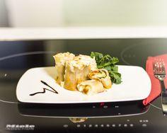 Pasta Delizie 2 pkt tuorelasagnelevyjä, 2 tuubia tomattipyrettä, 2 kesäkurpitsaa, 200 g kinkkua / salamia, 350 g emmentaljuustoa, 1 dl vehnäjauhoja, 50 g voita, n. 1 l maitoa, n. 1 dl mozzarellajuustoraastetta, suolaa ja pippuria #makumestari #expertruoka