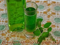 IL LABORATORIO DI MARINA: ΛΙΚΕΡ ΜΕΝΤΑ // LIQUORE ALLA MENTA Voss Bottle, Water Bottle, Greek Recipes, Shot Glass, Smoothies, Food And Drink, Cooking Recipes, Homemade, Tableware