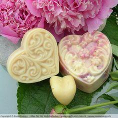 Wir stellen in unserer Manufaktur im Emmental, Schweiz, wunderbare Naturseifen her.  Wir verwenden nur kaltgepresste Pflanzenöle, Kakaobutter, Mangobutter und Sheabutter. Dies sind nur einige der wunderbare Pflanzenöle und Fette die wir verarbeiten.  Unsere Seifen erhalten Ihre Farbe von Blüten und Kräutern, die in unserem Hausgarten gezogen und geerntet werden. Emmental, Mango, Pure Soap, Kraut, Soaps, Panna Cotta, Craft Ideas, Pure Products, Ethnic Recipes