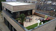 la-terrasse-avec-vue-sur-les-toits-de-la-ville.jpg (640×360)