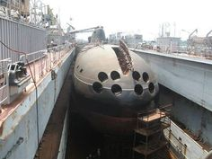 Akula-Class is a nuclear-powered attack submarine (SSN) first deployed by the… American Aircraft Carriers, Russian Submarine, Nuclear Submarine, Man Of War, Military Weapons, Navy Ships, Submarines, Battleship, Military History