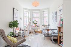 kute łóżko dla dziecka,namiot tipi, białe deski na podłodze,plakaty i drewniane regały na książki - Lovingit.pl