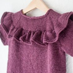 Opskriften Indeholder Anvisninger Til St - Diy Crafts Knitted Baby Clothes, Baby Kids Clothes, Baby Girl Dress Patterns, Baby Dress, Knitting For Kids, Baby Knitting Patterns, Crochet Coat, Crochet Baby, Bobe