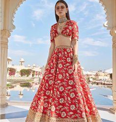 Find top trending and unique Sabyasachi Lehenga Designs for your dream bridal look. Best bridal lehenga designs by Sabyasachi for 2020 weddings. Sabyasachi Lehenga Bridal, Indian Bridal Lehenga, Indian Bridal Outfits, Indian Bridal Wear, Indian Fashion Dresses, Wedding Outfits, Wedding Wear, Bridal Dresses, Red Lehenga