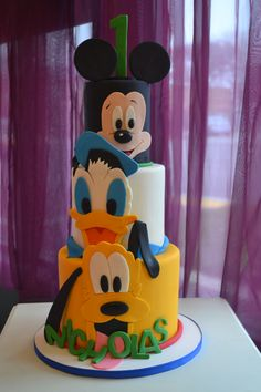 DISNEY Mickey and friends cake This would be simple to make the fondant cutouts. Simply print out an image of each character and then cut out each colour as a separate piece. Mickey And Minnie Cake, Bolo Mickey, Mickey Cakes, Minnie Mouse Cake, Disney Mickey, Disney Cars, Fondant Figures, Fondant Cakes, Cupcake Cakes