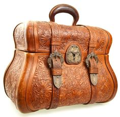 I love the use of a saddle look on this bag. Amazing tooled leather bag - via CalamityVille's Wild West - Leather Carving, Leather Art, Leather Tooling, Leather Purses, Leather Handbags, Tooled Leather, Boho Bags, Vintage Purses, Vintage Handbags