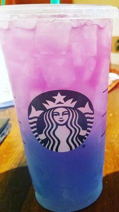 Copo Starbucks, Bebidas Do Starbucks, Healthy Starbucks Drinks, Frappuccino, Starbucks Wallpaper, Rainbow Drinks, Starbucks Secret Menu Drinks, Iced Tea, Raspberry Cheesecake