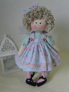 Boneca confeccionada tecido 100% algodão, enchimento antialérgico, tem um pouco de areia proporcionando que ela fique sentada . Felt Dolls, Rag Dolls, Raggedy Ann, Cute Toys, Waldorf Dolls, Fabric Dolls, Lana, Doll Clothes, Diy And Crafts